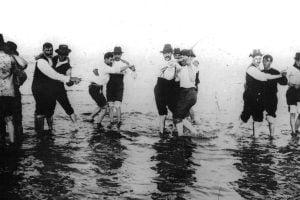 Hombres bailando tango en el rio, 1904